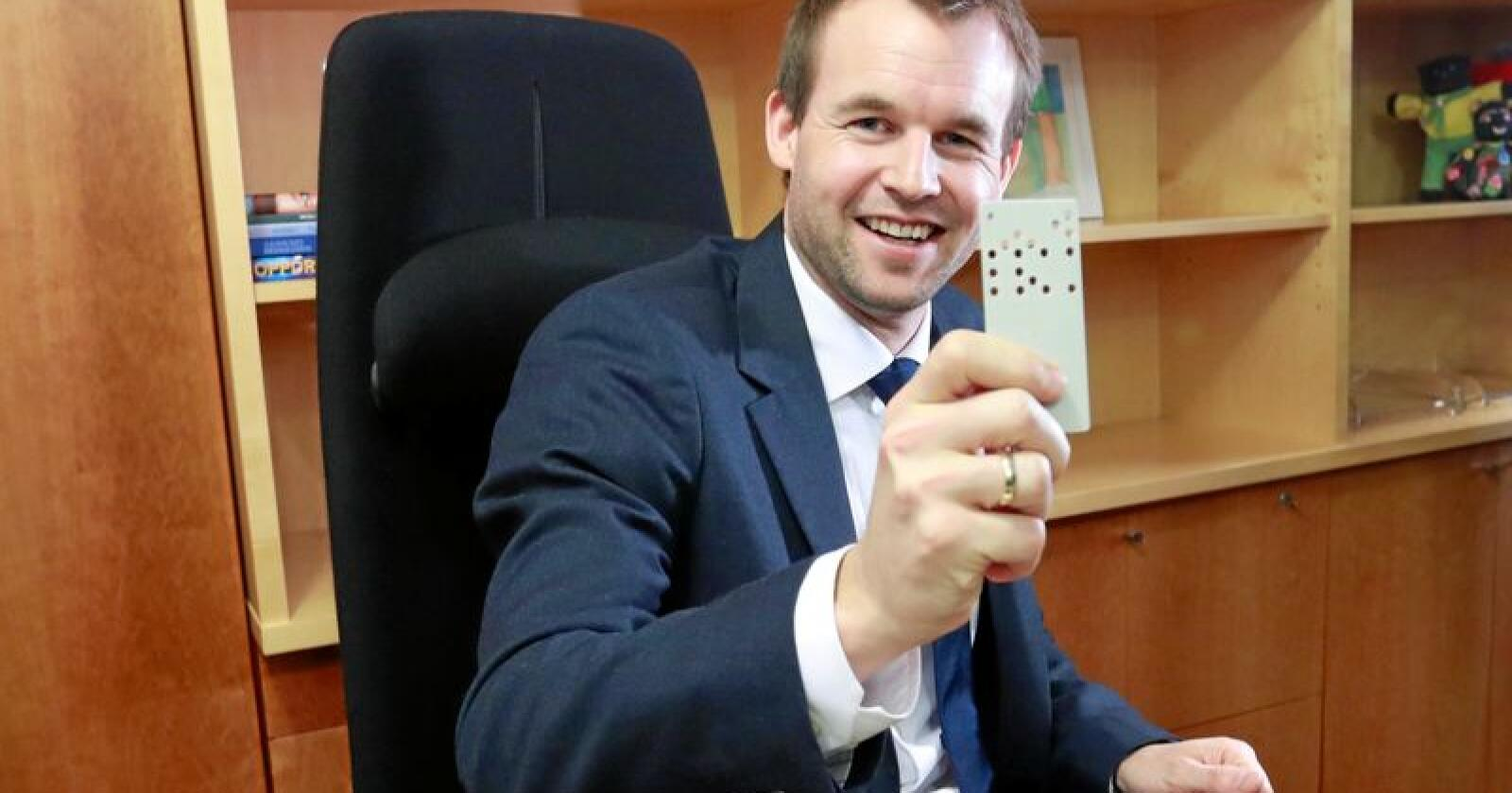 Jeg er ingen mørkemann, slår Norges nye barne- og familieminister Kjell Ingolf Ropstad (KrF) fast. Tirsdag overtok han nøkkelkortet til Barne- og familiedepartementet. Foto: Heiko Junge / NTB scanpix
