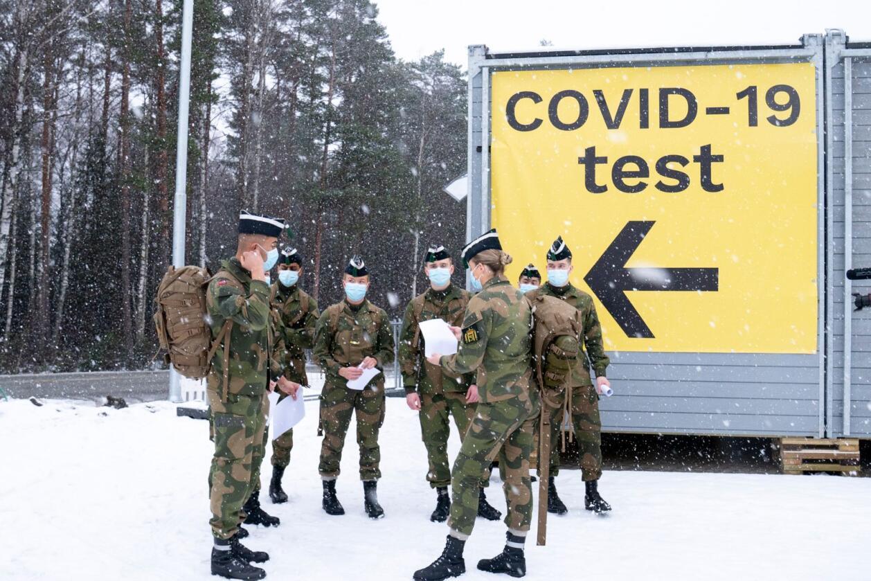 I forrige uke kom Forsvaret til grensestasjonen ved Svinesund for å bistå med testpersonell på grensen. Foto: Torstein Bøe / NTB