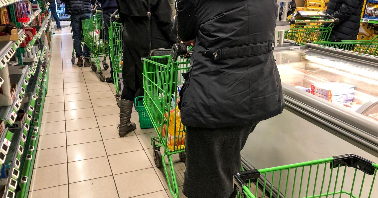 Lange køer på en Kiwi-butikk i Oslo 12. mars, da Norge stengte ned. Den uka var verdiveksten i dagligvarebransjen i forhold til samme uke i fjor på omkring 50 prosent. Foto: Lise Åserud / NTB scanpix