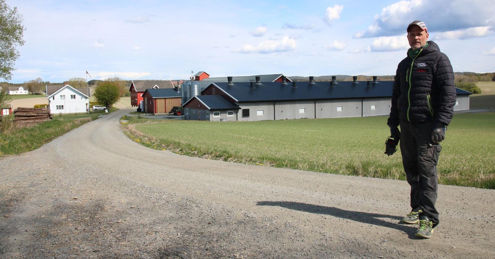 Flisfyringsanlegget varmer opp det 1400 kvadratmeter store kyllinghuset, en vaskehall, et verksted, to bolighus og en korntørke.
