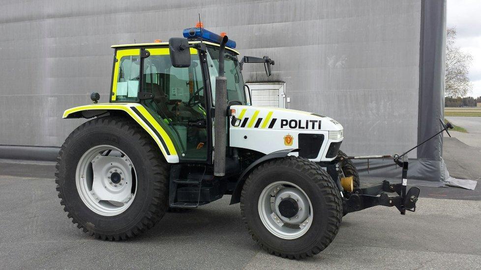 Polititraktoren er ikke raskere enn vanlige traktorer. Foto: Oslo Lufthavn