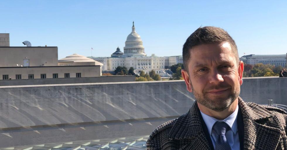 – Hvis vi ikke får orden på WTO-systemet, vil den ordna verdenshandelen kollapse, sier Kjell S. Rakkenes. Han var nylig i Washington D.C., der han diskuerte WTO. Bildet er tatt på balkongen på den canadiske ambassaden der. I bakgrunnen er kongressbygningen Capitol Hill.