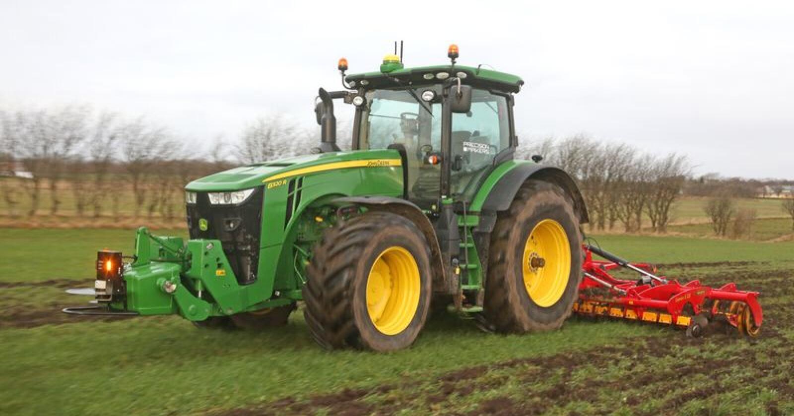 Prøvekjøring: Semler Agros John Deere 8320R med førerløs-systemet fra Precision Makers i drift på et jorde i Danmark. (Foto: Morten Damsgaard)