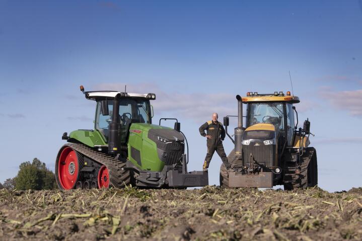 Overbevist: Klaas Fekkes har vært fornøyd med den gule traktoren, men han er blitt overbevist om at Fendt er en bedre beltetraktor.
