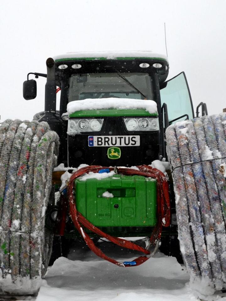 Traktoren som har fått navnet Brutus, er kjøpt brukt fra England for omtrent én million kroner.