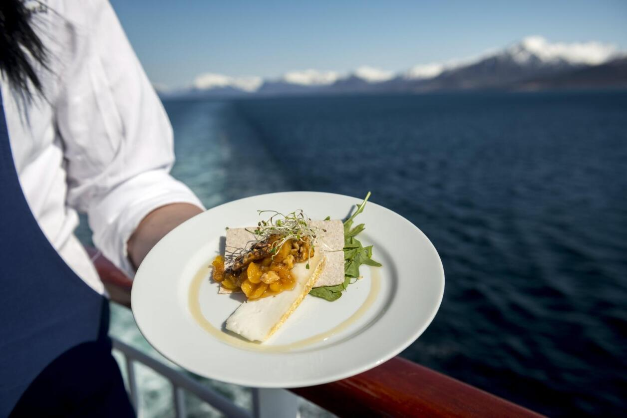 Turistar på hurtigruta kan forsyne seg med ost produsert i området dei seglar forbi. FOTO: Trym Ivar Bergsmo / Hurtigruten