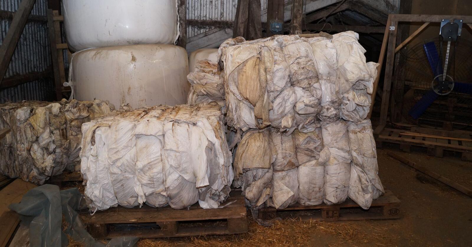 Landbruksplasten må være rein og komprimert, samlet i små eller store sekker, slik at Felleskjøpet enkelt kan løfte plasten på bilen. Arkivfoto: Norsk Landbruk