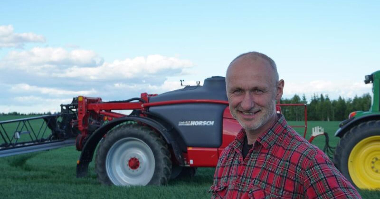 Klimabonde: Jan Erik Brotnow har et bevist forhold til hvordan han bruker jorda. Forskerne Bondebladet har snakket med trekker frem effektiv arealutnyttelse som et viktig klimatiltak. (Foto: Espen Syljuåsen)
