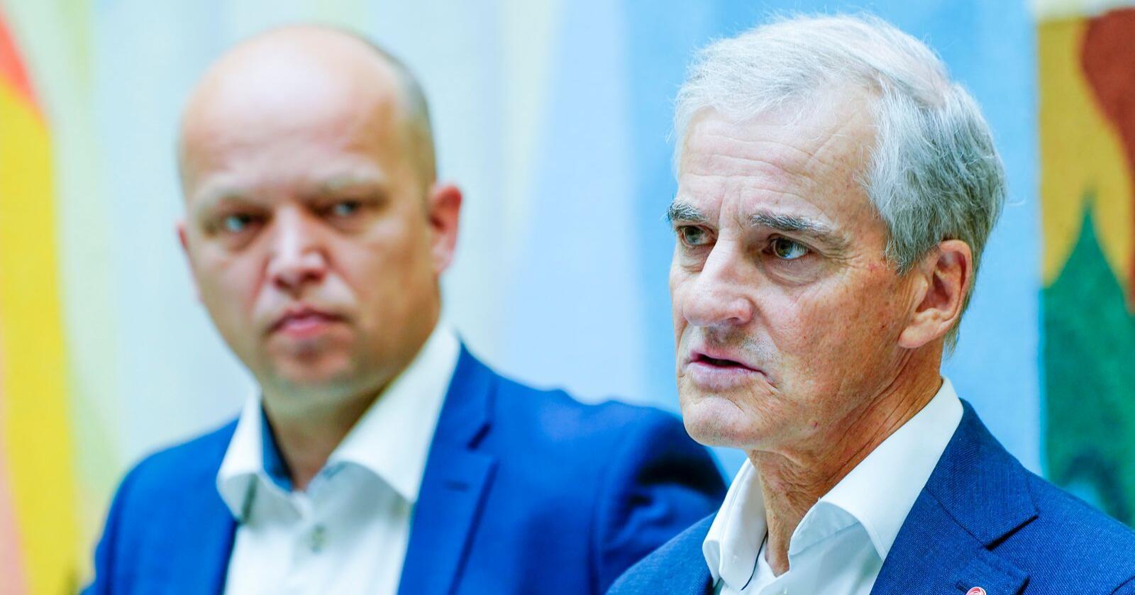 Ap-leder Jonas Gahr Støre (til høyre) har dobbelt så stor oppslutning bant velgerne som Sp-leder Trygve Slagsvold Vedum når spørsmålet er hvem av dem man ønsker seg som statsminister etter høstens valg. Foto: Terje Pedersen / NTB