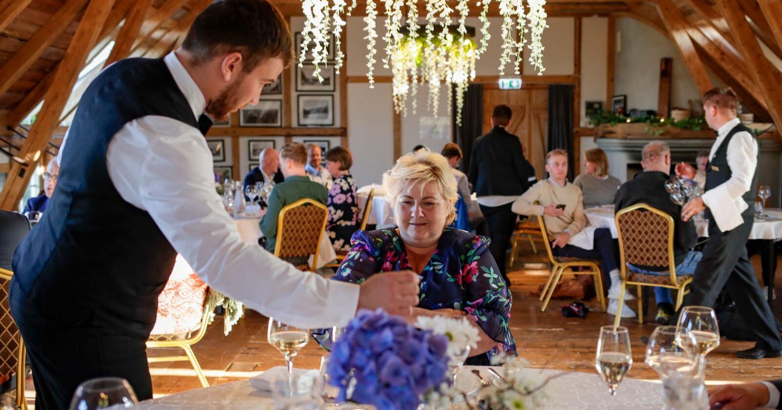 Statsminister Erna Solberg (H) på middag på Bekkjarvik gjestgiveri under sin valgkampturné før stortingsvalget 2021. Foto: Javad Parsa / NTB