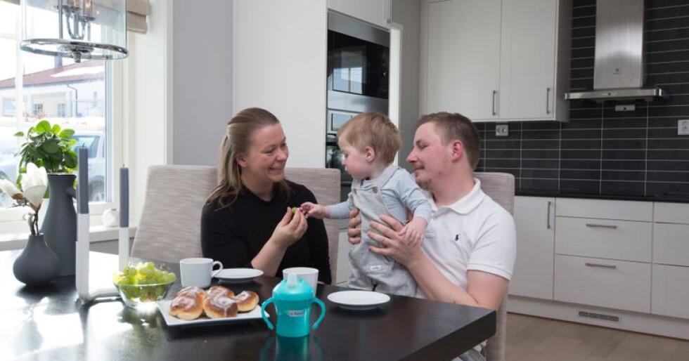 Samboerne Victoria Gjærviken, Espen Bjørseth og lille Sigurd har flyttet tilbake til hjembygda. Foto: Line Bjerkengen