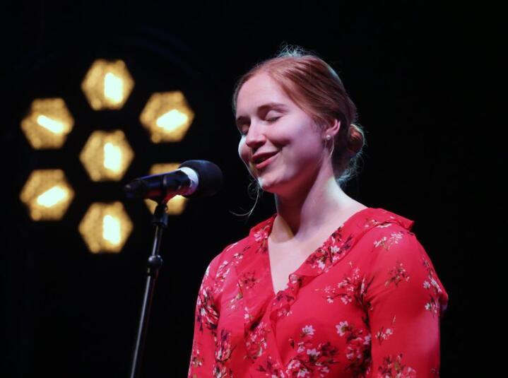 I vinden. 22-årige Mari Midtli frå Sel i Gudbrandsdalen vert rekna som ein av dei aller fremste utøvarane av vokal folkemusikk i Norge. Foto: Knut Utler