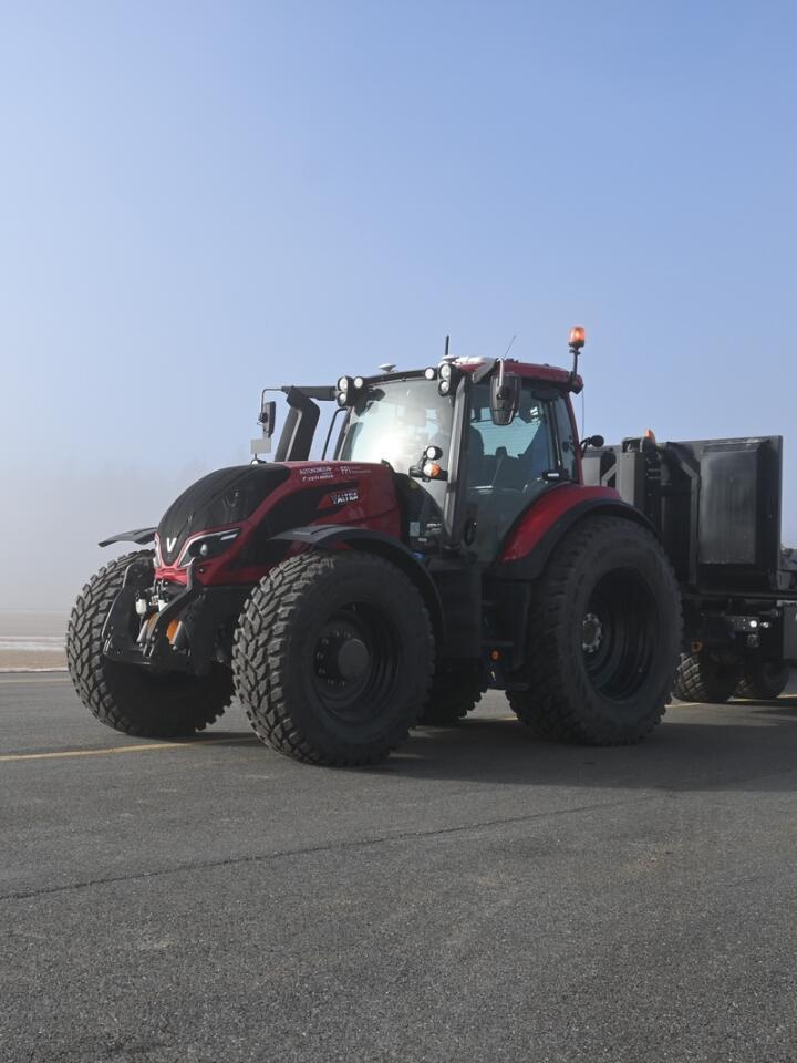 Selvkjørende: Den store Valtra-traktoren er modifisert for å kunne kjøre helt på egen hånd.