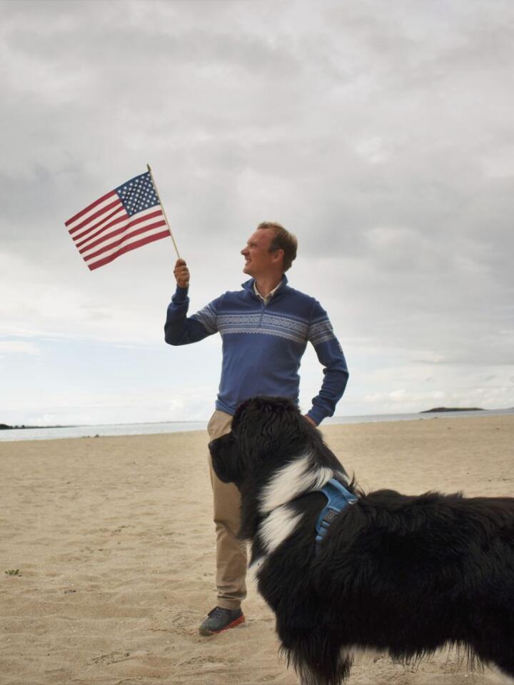 Høyre-kandidaten Bård Ludvig Thorheim driver amerikanskinspirert valgkamp for å komme inn på Stortinget. Her med hunden Fluffy på Sandhornøya i Salten. Foto: Henrik Heldahl
