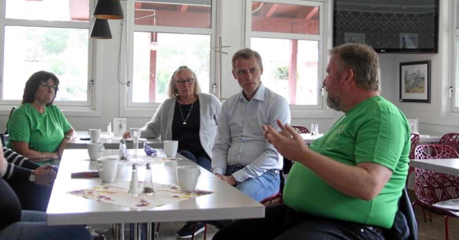 Kari og Ola Borten Moe (Sp) møtte blant andre Dovre-ordfører Oddny Garmo (Sp) og stortingsrepresentant Bengt Fasteraune (Sp) på Dombås lørdag. Foto: Sivert Rossing