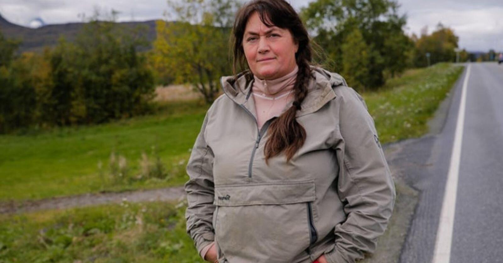 Enke: Ann Kristin Mortensen er ikke i tvil om at setebeltet ville ha reddet livet til mannen Wiggo, som omkom i en traktorvelt i denne avkjørselen i Målselv. (Foto: Trond Høines/Spoon)