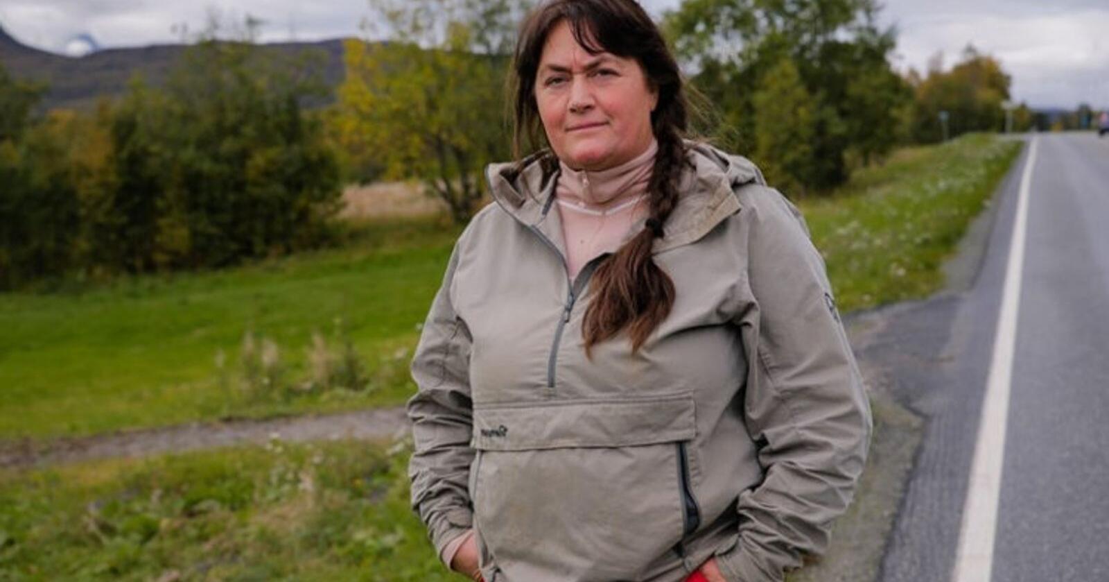 Ann Kristin Mortensen er ikke i tvil om at setebeltet ville ha reddet livet til mannen Wiggo, som omkom i en traktorvelt i denne avkjørselen i Målselv.  Foto: Trond Høines/Spoon