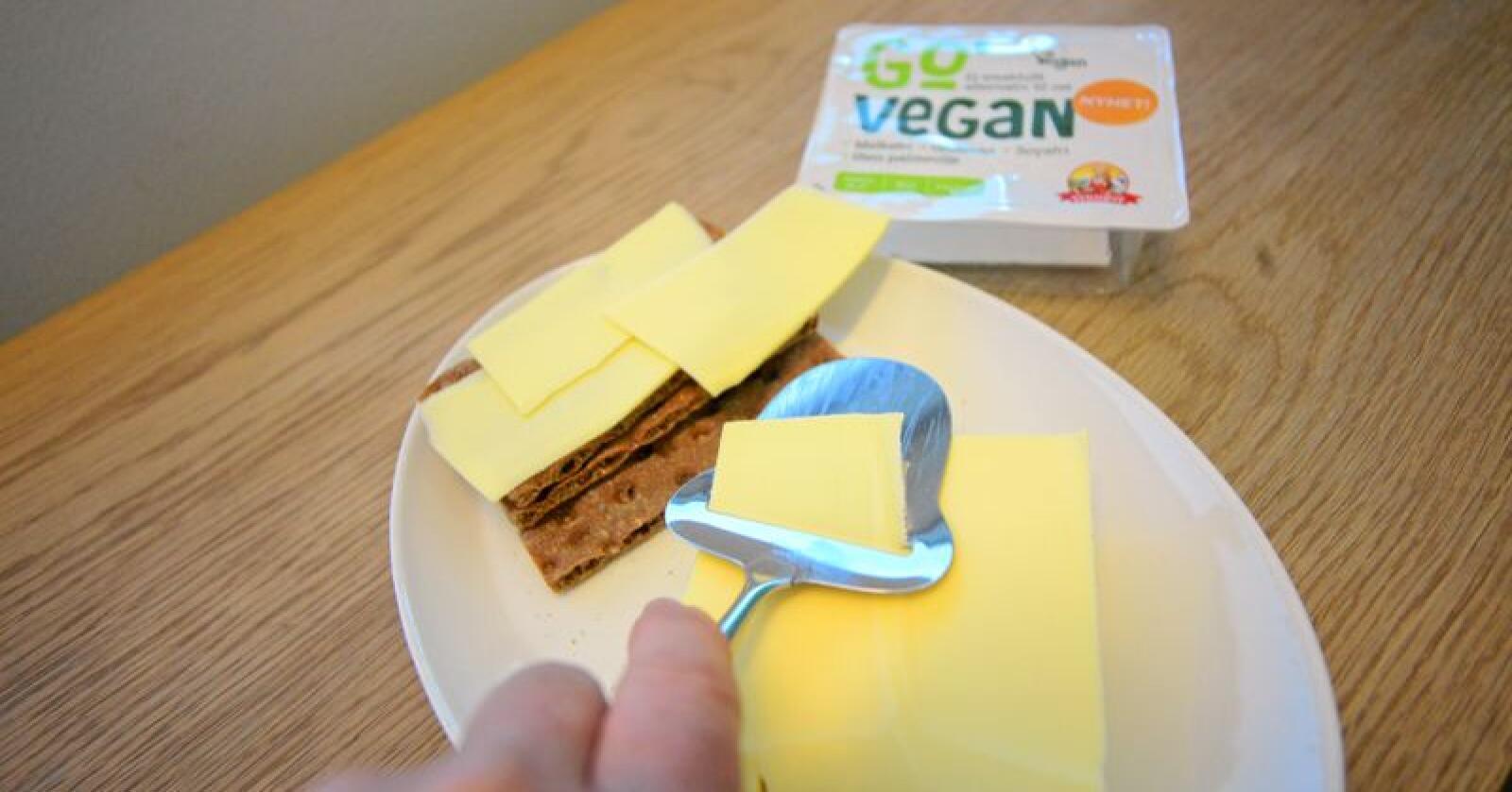 """Go`Vegan heter merket til Synøve Finden. """"Osten"""" er blant annet laget av kokosolje og potet, men ligner veldig på den tradisjonelle osten. Foto: Siri Juell Rasmussen"""