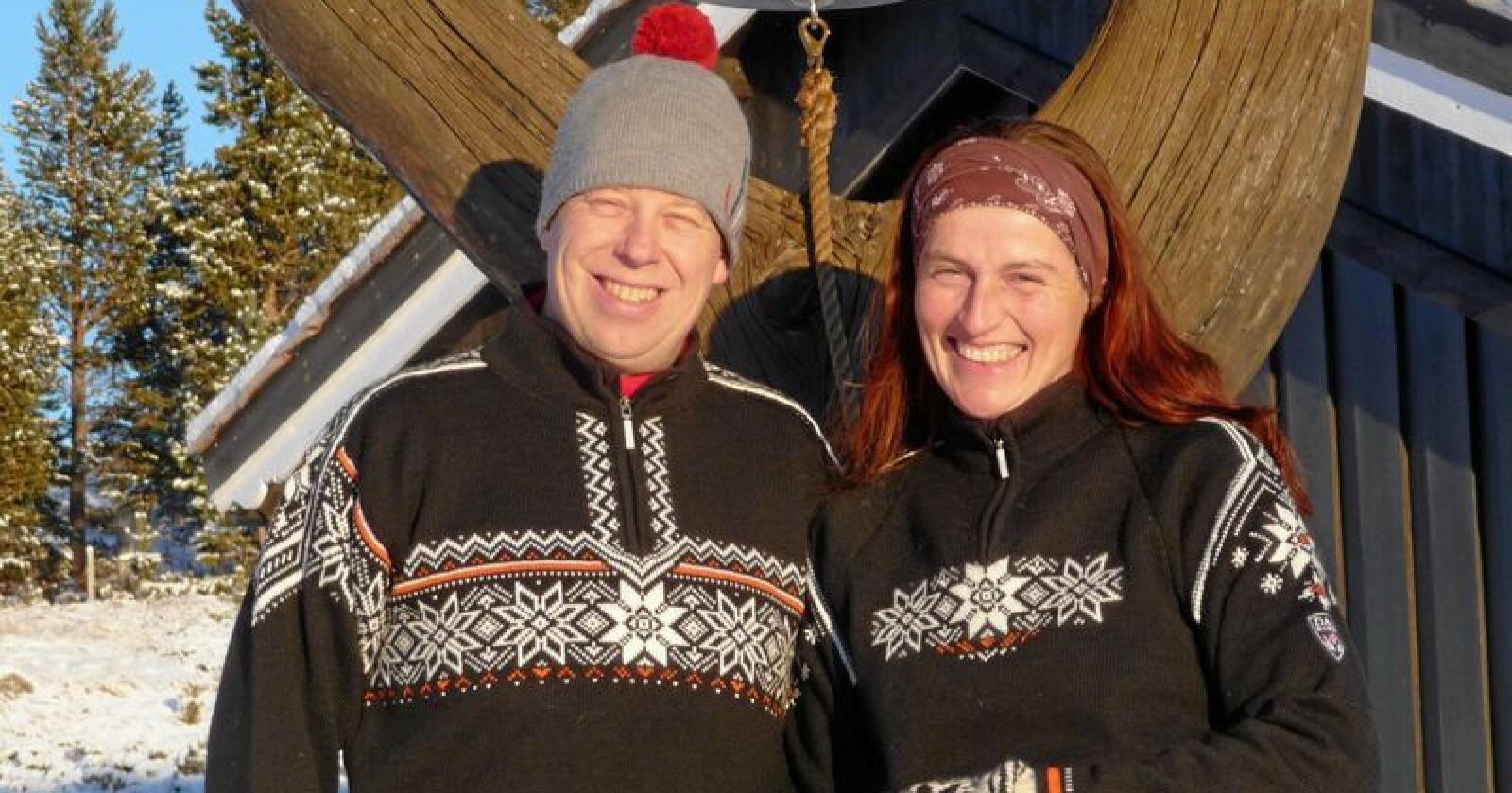 Kjøtt: Er det så vanskelig å belønne de som faktisk produserer ren og klimavennlig mat i Bygde-Norge, spør André Sundero og Karola Wenzel ved Hindsæter i Vågå. Foto: Hindsæter Fjellhotell