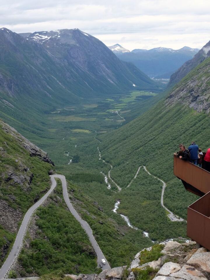 LUFTIG: Utkikksplattformen over Trollstigen har flere platåer. På ett punkt henger konstruksjonen 200 meter over terrenget. Den er tegnet av Reiulf Ramstad Arkitekter. Foto: Marianne Løvland / NTB