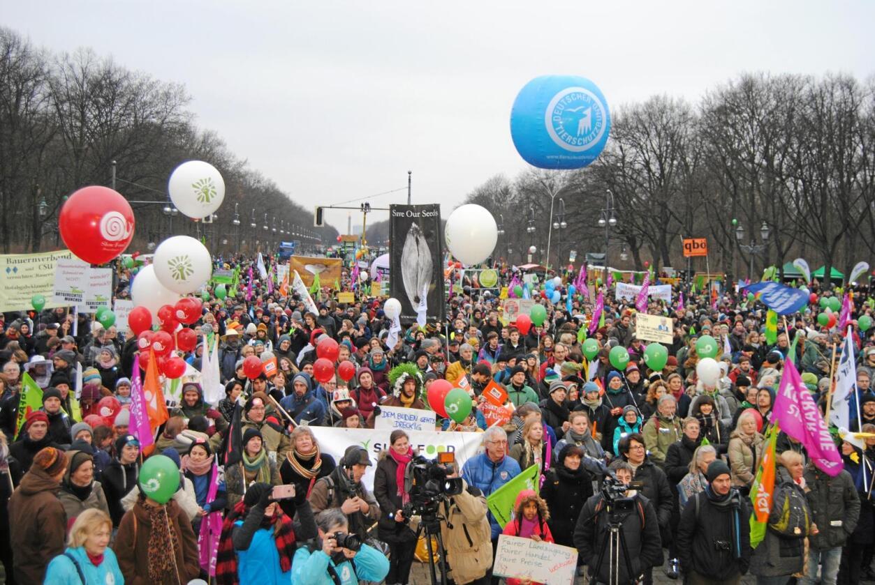 Mange møtte fram: 18 000 personar demnstrerte mot frihandel med mat og insdustrilandbruk i Berlin. Foto: Astrid Sverresdotter Dypvik