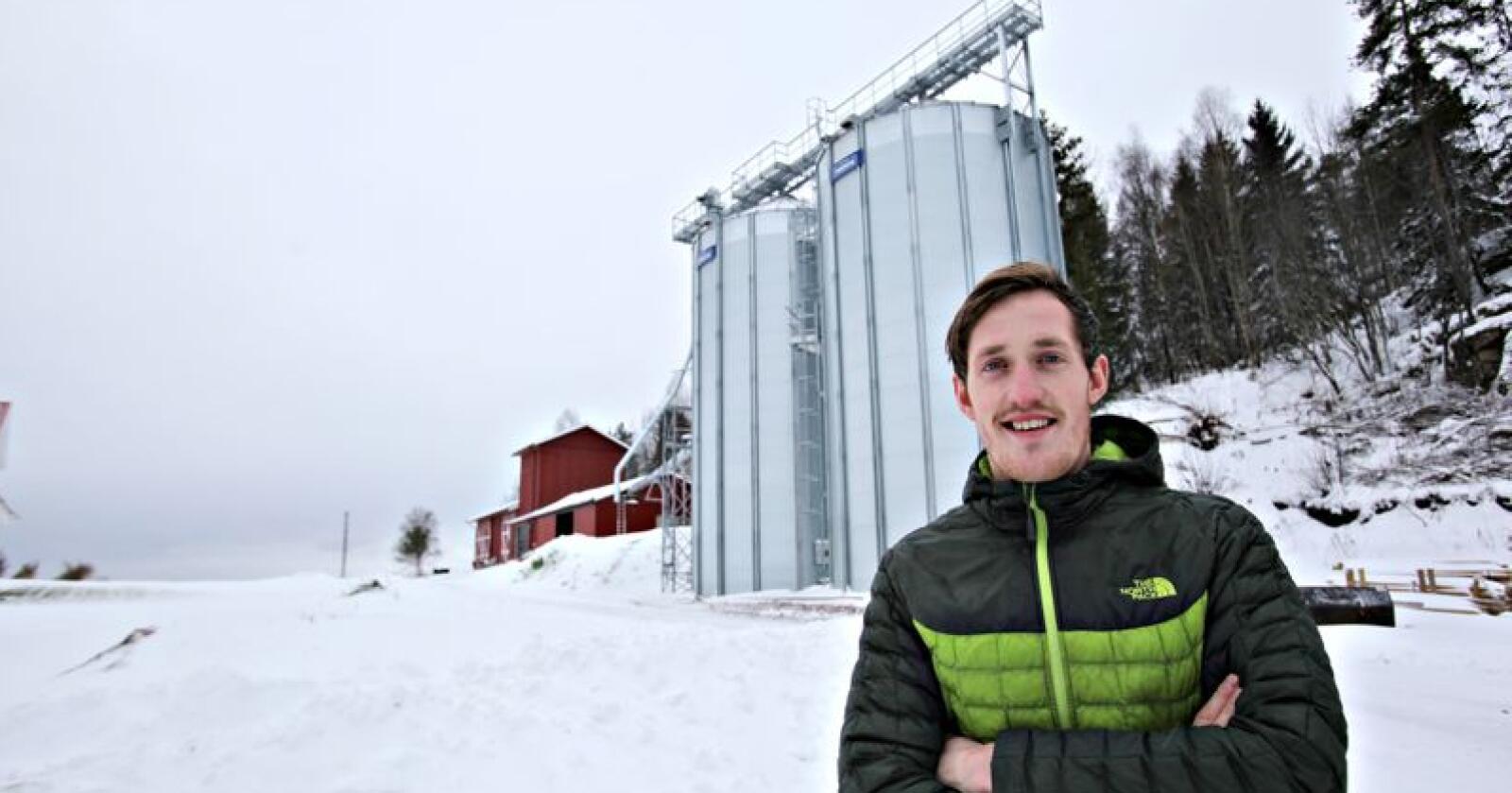 Kornsilo: Ola Skinnes driver korn i samdrift, og fikk bygget ny korntørke og kornlager i fjor. (Foto: Stian Eide)