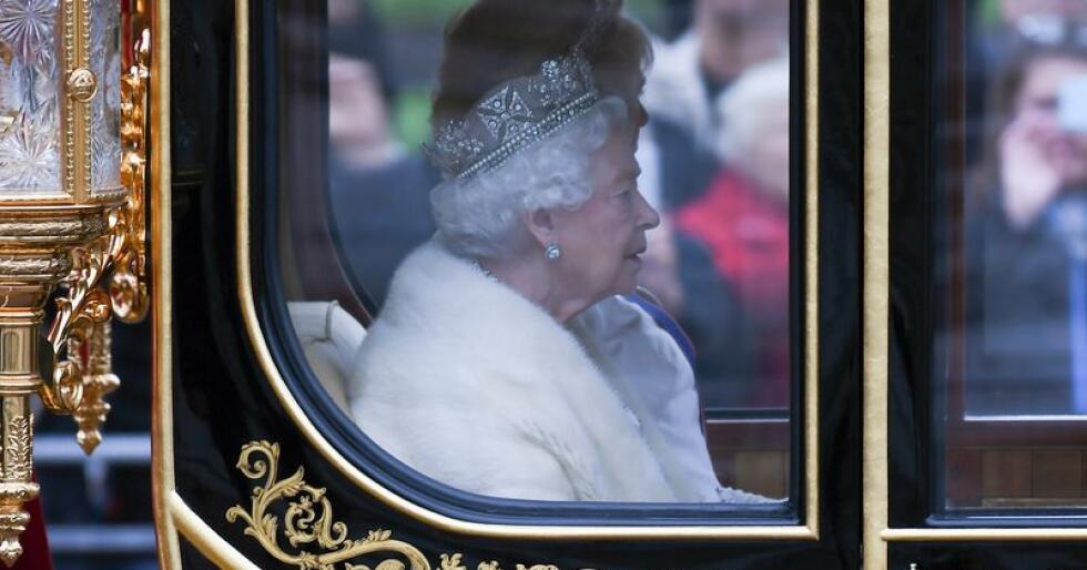 Den engelske dronningen dropper nå pelsen, og går over til fuskepels. Foto: Alberto Pezzali / Ap / NTB scanpix