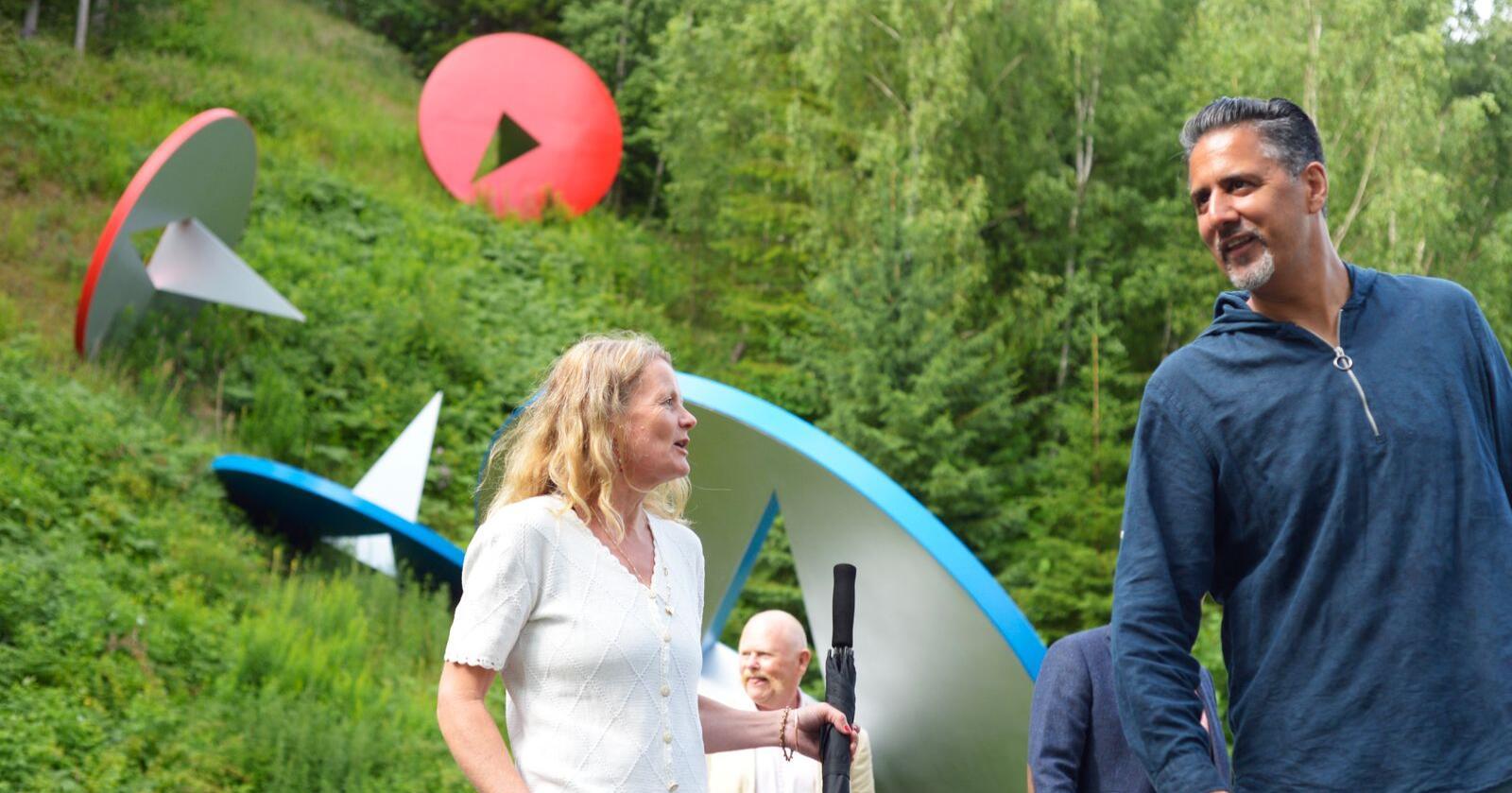 Kulturminister Abid Raja (t.h.) anbefaler nordmenn å oppdage norske museer og kulturinstitusjoner i sommer. Her er han med direktøren for Kulturdestinasjonen Kistefoss på Jevnaker, Birgitte Espeland. Foto: Annika Byrde / NTB scanpix