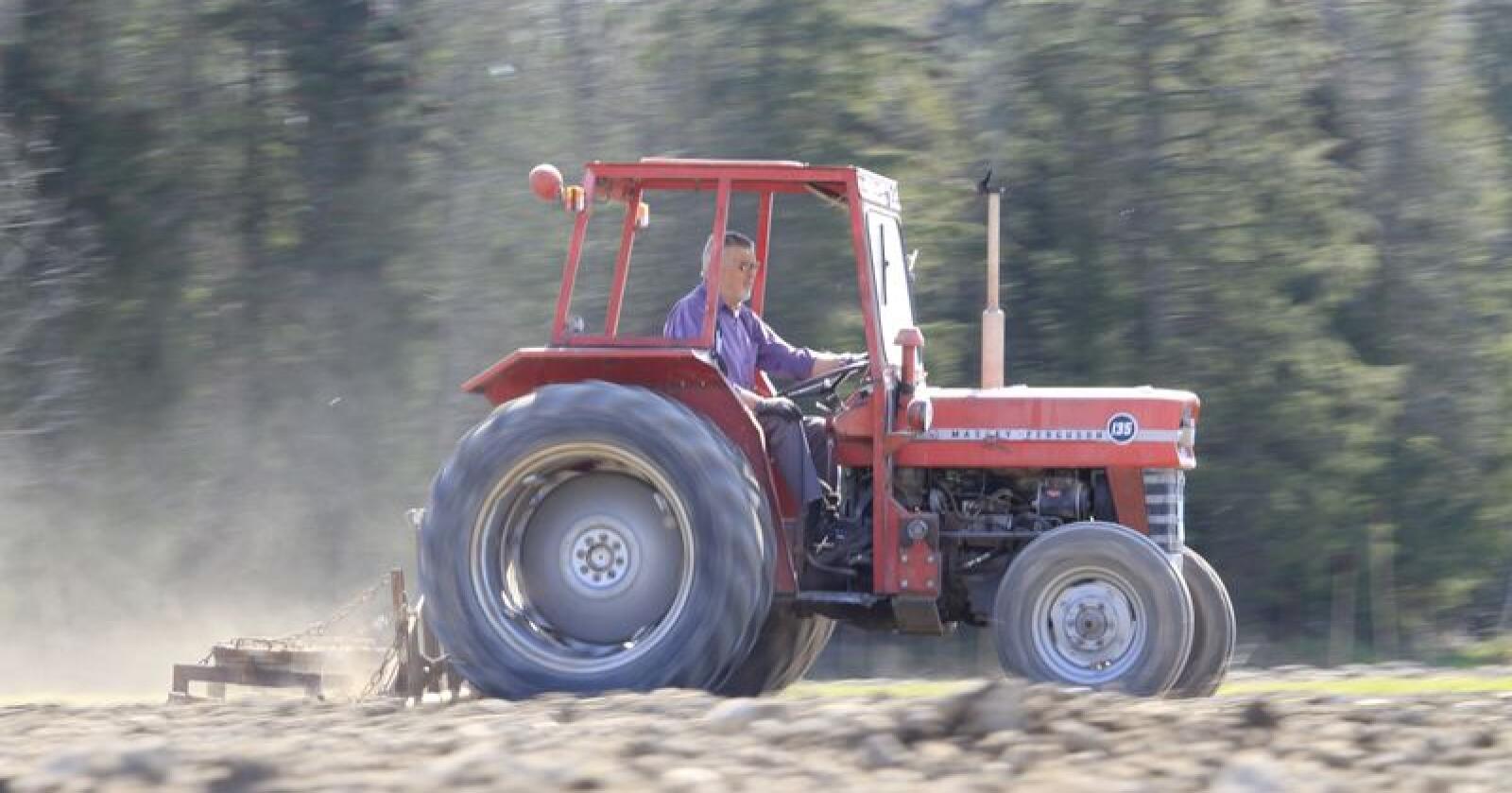 Kjell Mangerud i kjent stil på en gammel og antakeligvis billig traktor