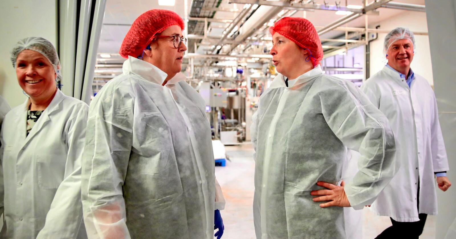 Til høyre: Lederen av Norsk Nærings- og Nytelsesmiddelarbeiderforbund (NNN) Anne Berit Aker Hansen. NNN er med i IUF, som irettesetter FN. Her sammen med landbruksministeren. Foto: Håkon Mosvold Larsen / NTB scanpix