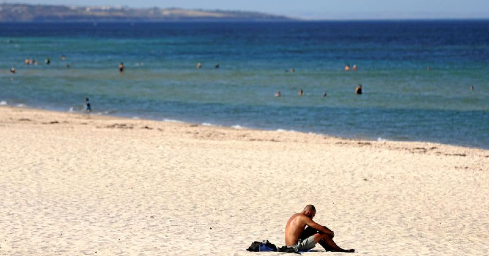 Varmt: Adelaide satte ny varmerekord for en australsk storby med 46,6 grader celsius i skyggen i januar i år. Varmebølger og ekstremvær har satt fart i klimadebatten i Australia. Foto: Kelly Barnes / AAP Image / AP / NTB Scanpix