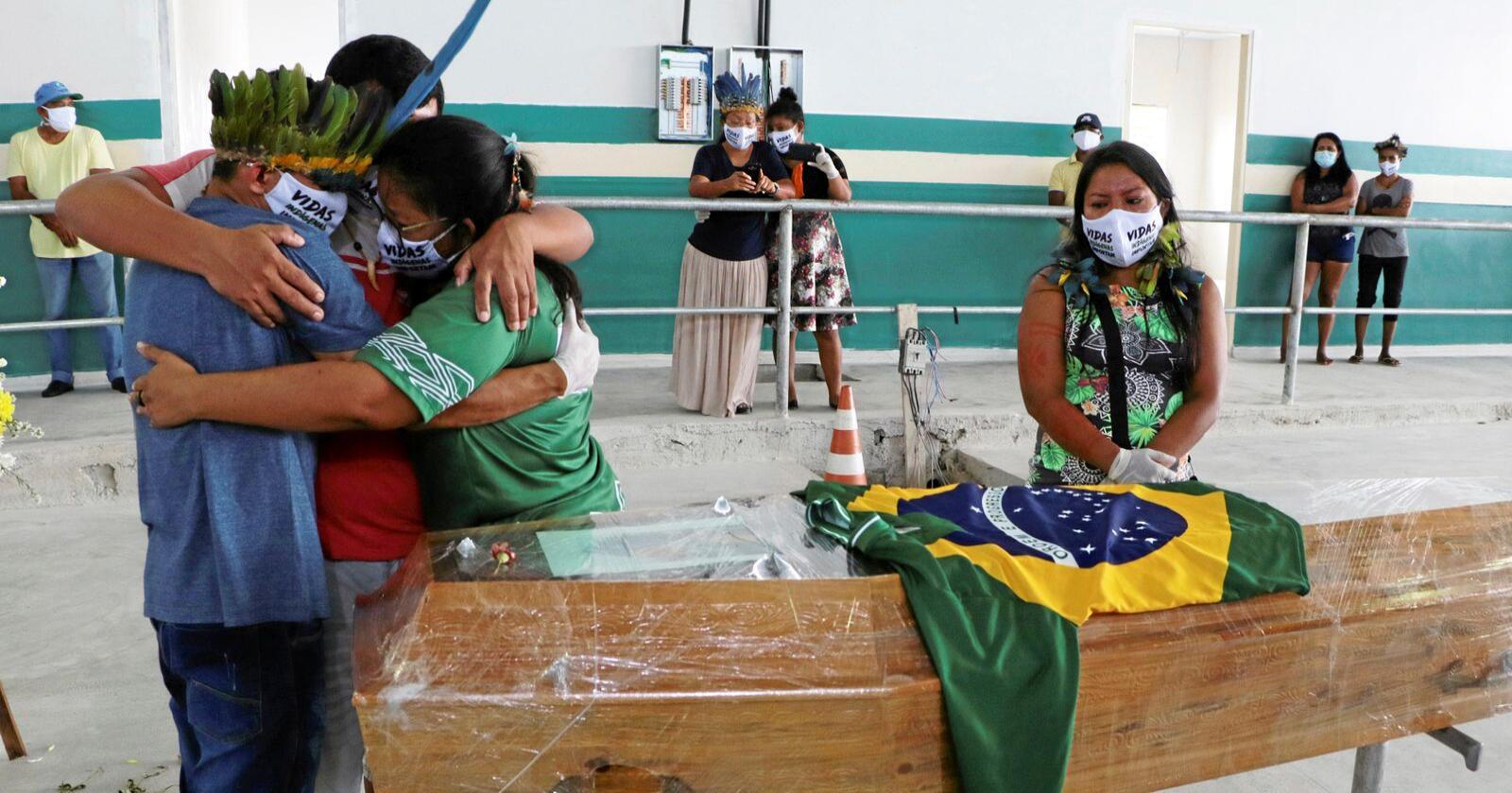 Familien tok farvel med lederen av den etniske urfolksgruppen Kokama i Brasil. Foto: AP Photo/Edmar Barros/NTB Scanpix
