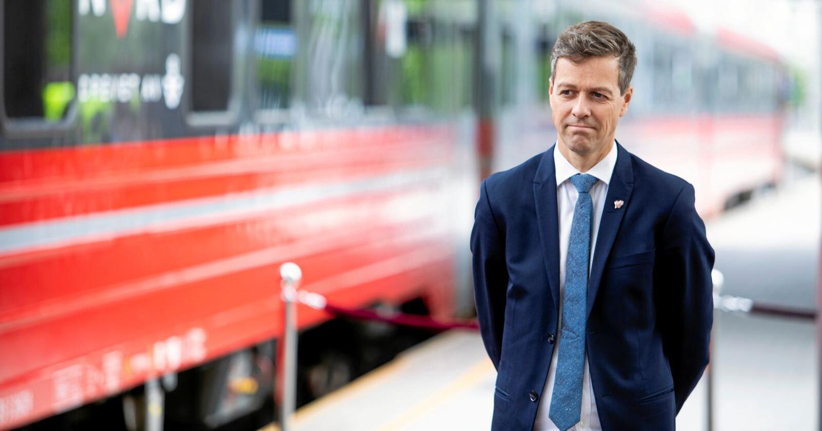 Samferdselsminister Knut Arild Hareide (KrF) blir i denne kronikken kritisert for å bagatellisere konsekvensene av EUs fjerde jernbanepakke. Foto: Tore Meek / NTB scanpix