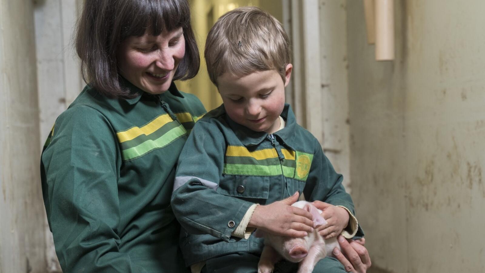 Maria Østerås mener et større beløp til avløsning og fritid ville gjort det praktisk mulig å få hjelp dersom barna skulle bli syke. Her er hun med sønnen Arne (6). Foto: Ynge Ask