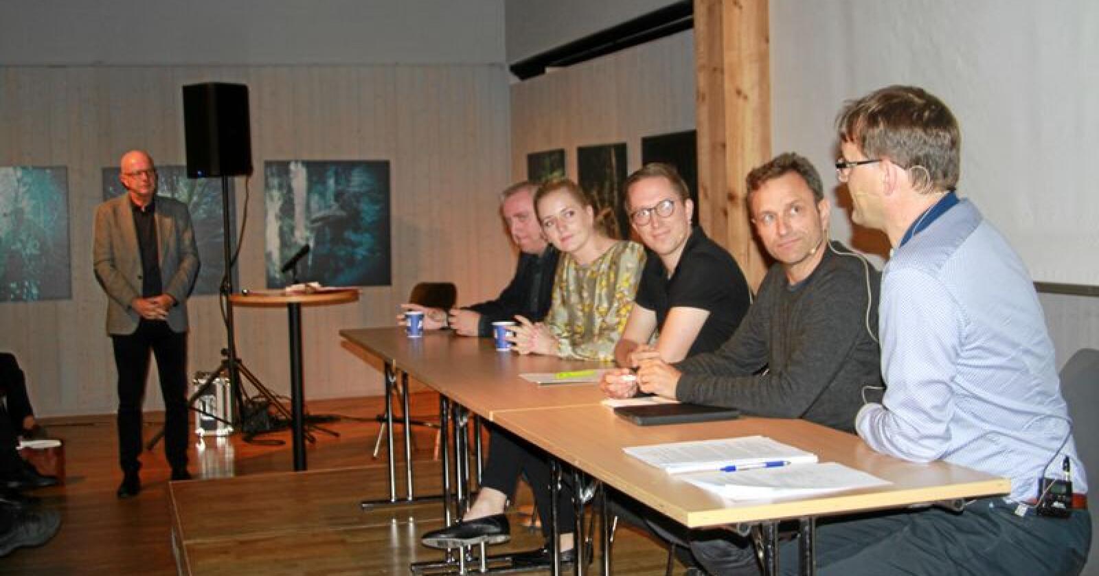 Torsdag var det seminar om næringsmuligheter i ulvesonen på Norsk skogmuseum i Elverum i Hedmark. Fra venstre ser vi debattleder Terje Svabø, Bjørn Jarle Røberg-Larsen (Ap). Emilie Enger Mehl (Sp), Kristian Tonning Riise (H), Arild Hermstad (MDG) og Widar Skogan (KrF). Foto: Svein Egil Hatlevik