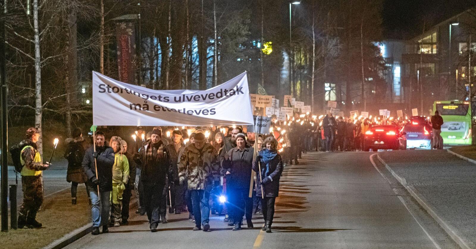Rundt 1500 mennesker demonstrerte mot regjeringas rovdyrpolitkkk på Bjørkelangen i Aurskog-Høland onsdag kveld. Foto: Vidar Sandnes