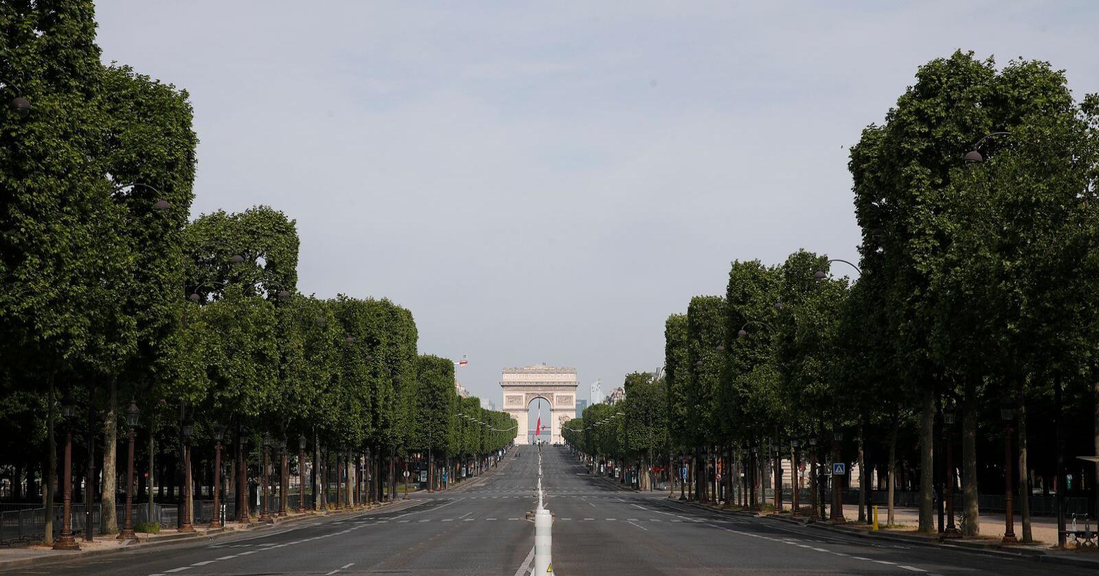 En folketom Champs-Élysées i sentrum av Paris på frigjøringsdagen 8. mai. Veitrafikken er blitt kraftig redusert under koronakrisen, noe som har bidratt til store fall i CO2-utslippene. I Paris stupte utslippene med rundt 70 prosent i mars, ifølge BBC. Foto: François Mori / Pool / AP / NTB scanpix