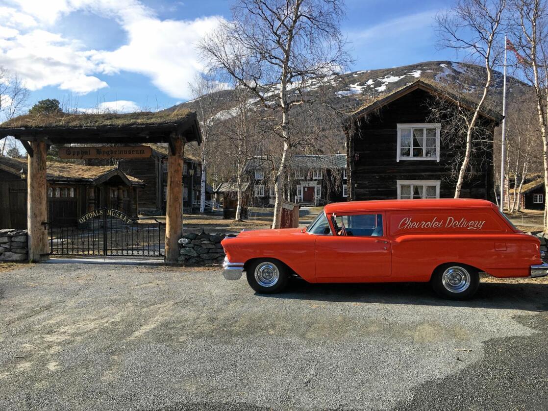 Unikt: Både Oppdalsmuseet og den flotte røde veteranen, en Chevrolet Delray Delivery fra 1958 har kvaliteter som er verdt å titte nærmere på. Foto: Einar Christensen