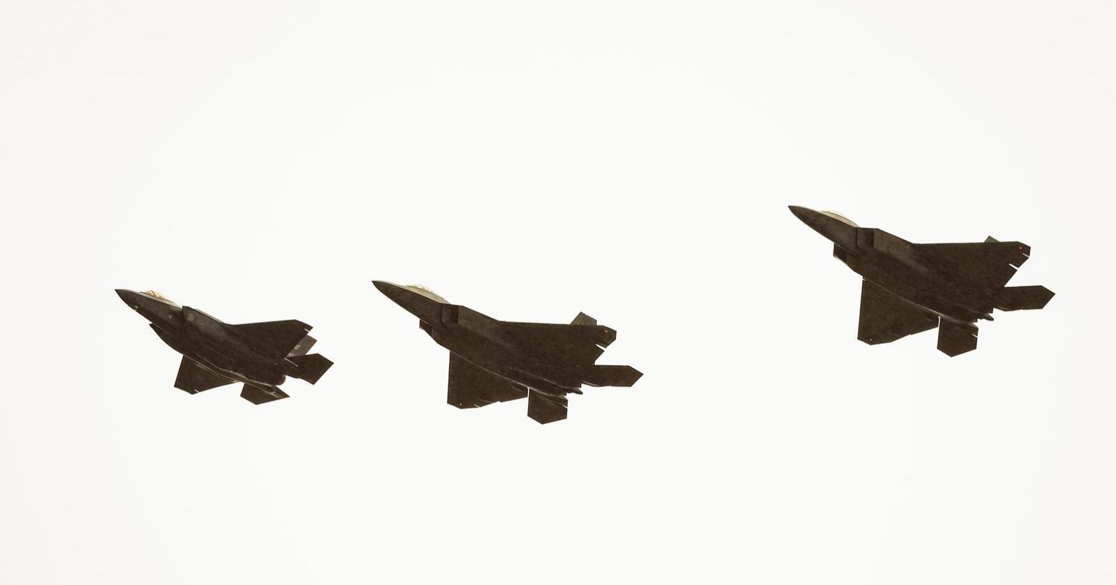 F35- og F22 jagerfly på Ørland flystasjon. Foto: Ned Alley / NTB