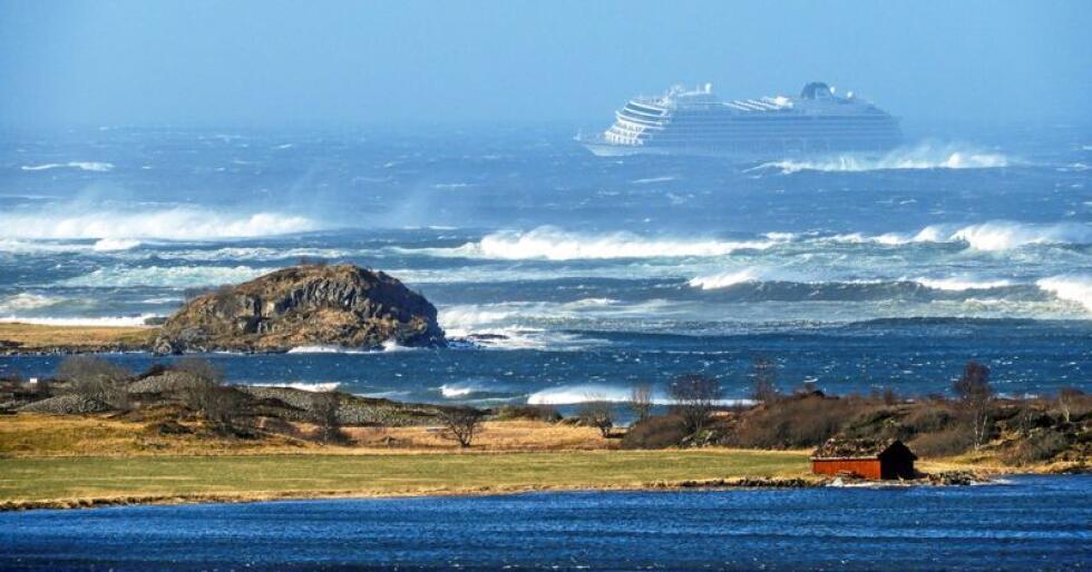 Viking Sky sendte i 14-tiden lørdag ut en nødmelding om motorstans i Hustadvika i Møre og Romsdal. Over 1.300 personer var om bord. Foto: Frank Einar Vatne / NTB scanpix