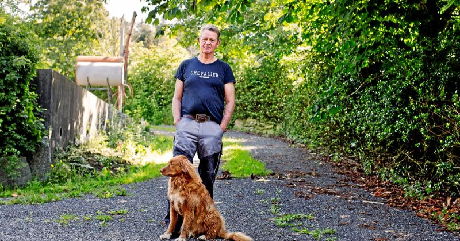 – Politikere kan ikke si at god dyrevelferd er viktig, samtidig som de fortsetter å kutte i midlene til Mattilsynet, sier Arnfinn Landa, tidligere svinebonde og nå dyrevernmemndsmedlem i Rogaland. Her med hunden Timmien. Foto: Solfrid Sande