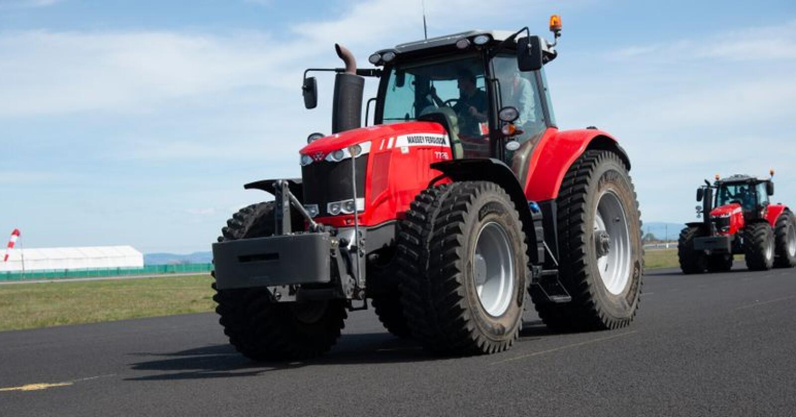 Designet for formålet: Tradisjonelt traktormønster har sine svakheter ved hyppig veikjøring. Traktordekk for den slags bruk blir stadig mer lik bildekk. Roadbib er dessuten prefabrikkert for pigging.