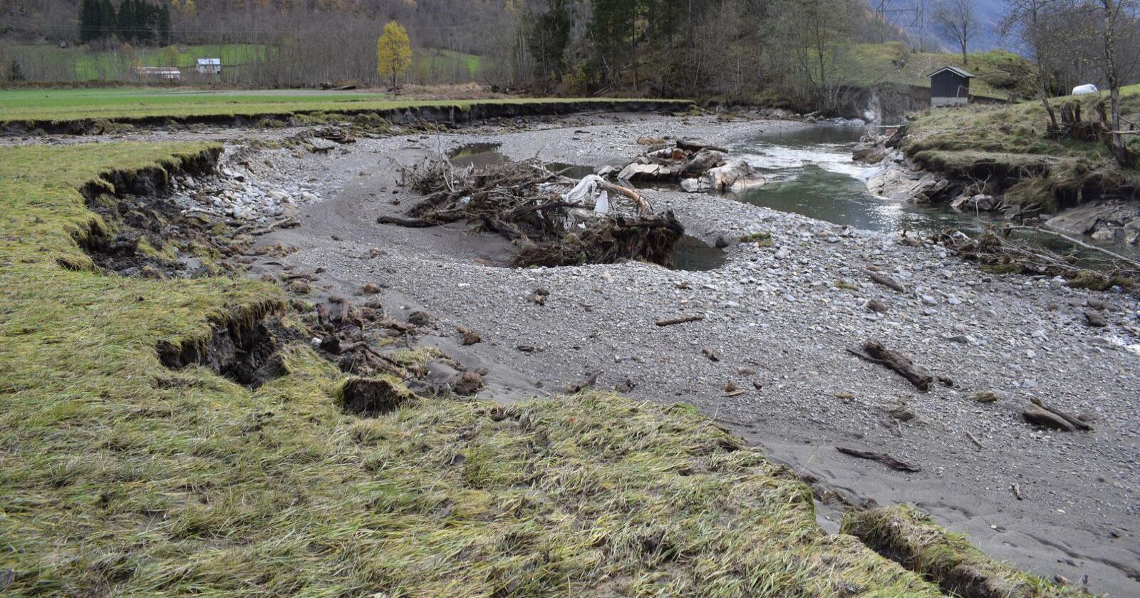 Garden til Jan Norvald Steig fikk store skadar da det var flom i Fortumsdalen i Luster helga i oktober 2018. (Foto: Arne Øyen)
