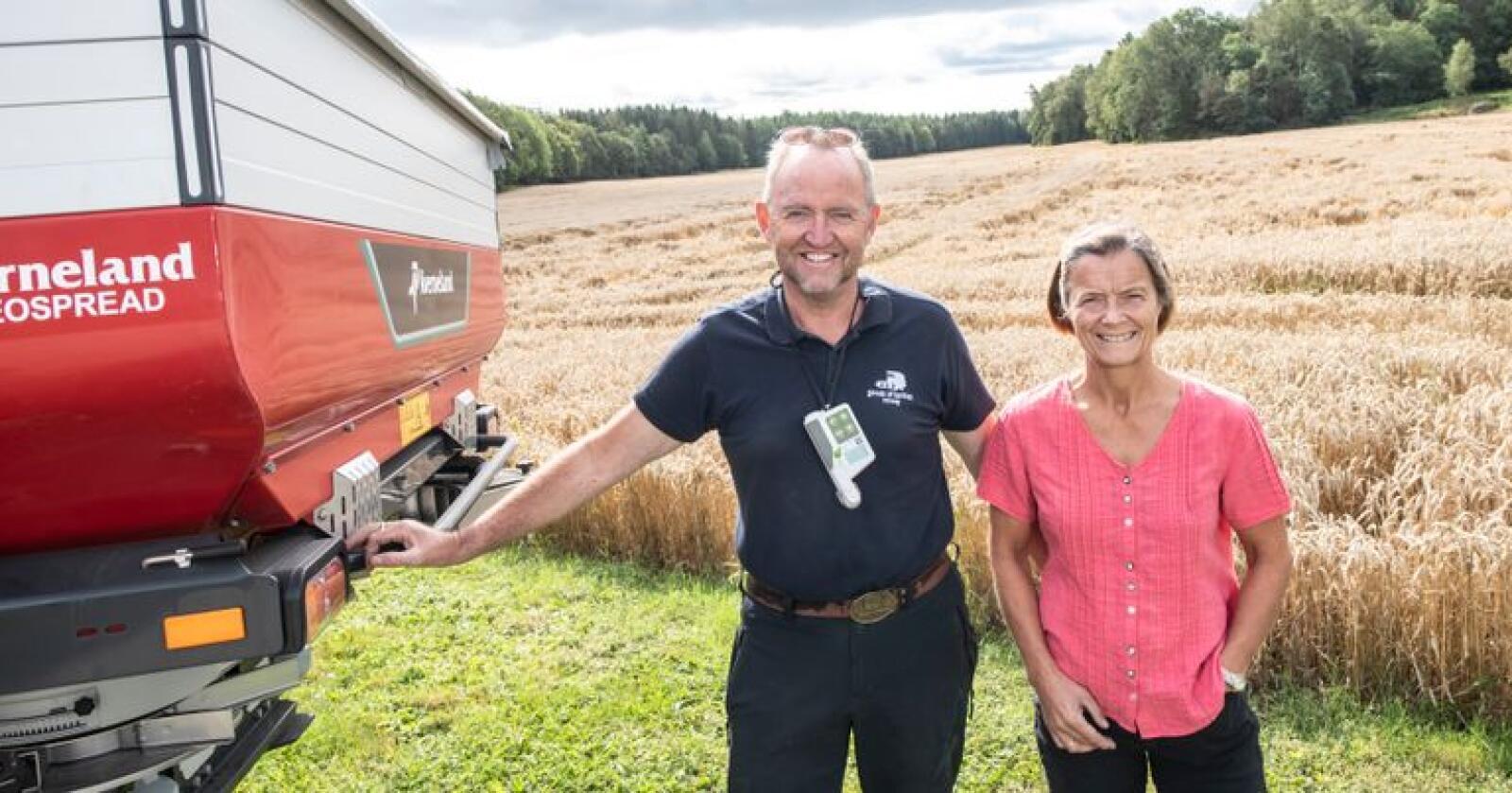 KONTROLL: – Vi har fått bedre kontroll på gjødslinga, sier Solfrid Våset og Ottar Weel, som konstaterer at legden i høsthveten kom sent – og jevnt. Foto: Håvard Simonsen