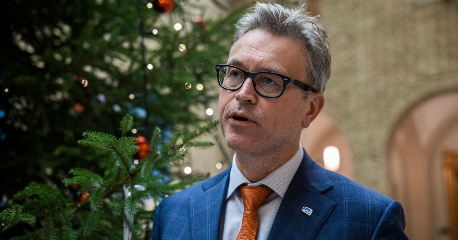 Fiskeri- og sjømatminister Odd Emil Ingebrigtsen (H) la fram tiltakene mot fiskerikriminalitet onsdag. Foto: Jil Yngland / NTB