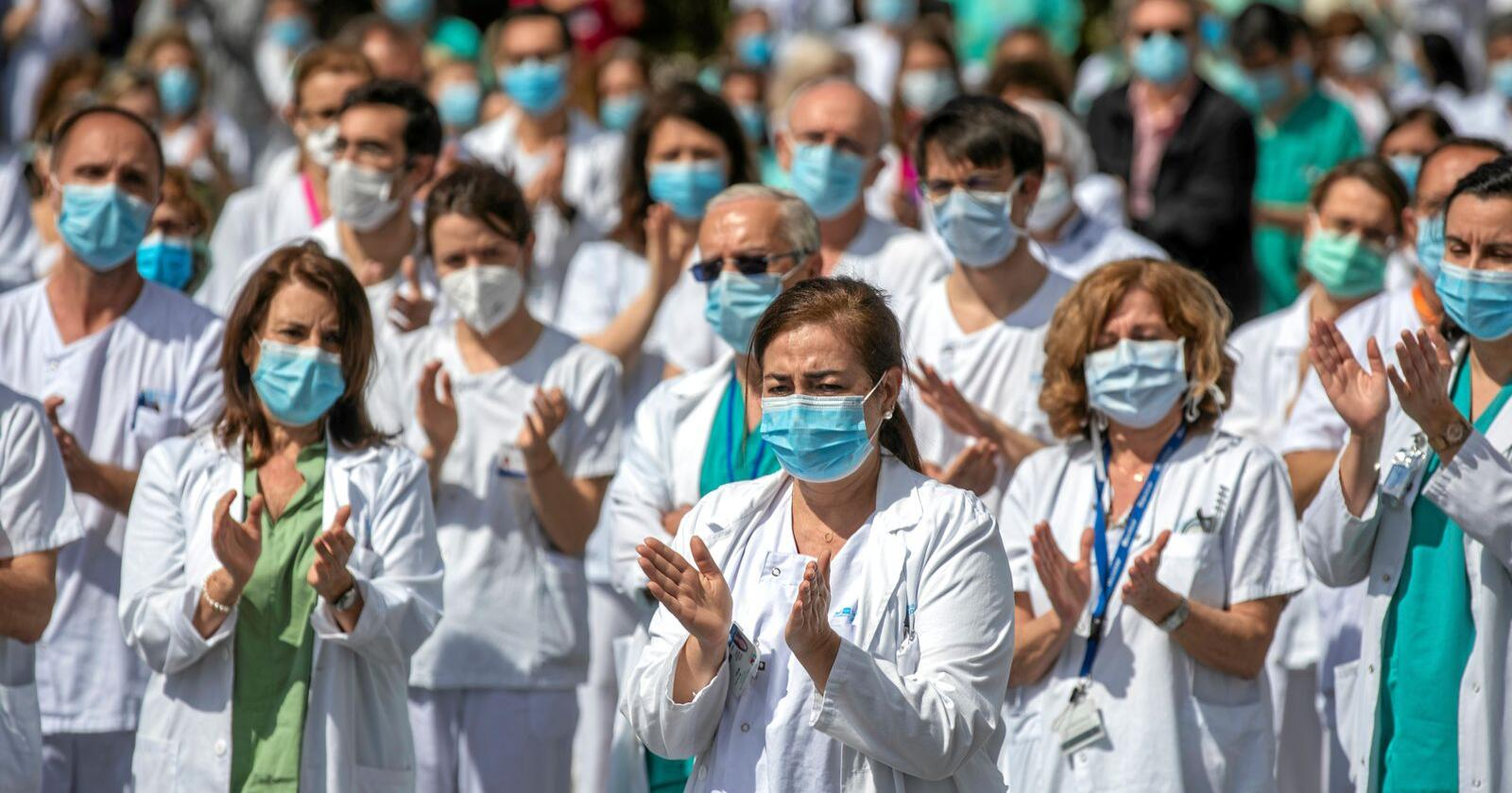 Helsearbeidere ved La Paz hospital i Madrid holdt denne uka minnestud for sykehusets sjefskirurg Joaquin Diaz som døde av covid-19. Foto: Manu Fernandez / AP / NTB scanpix