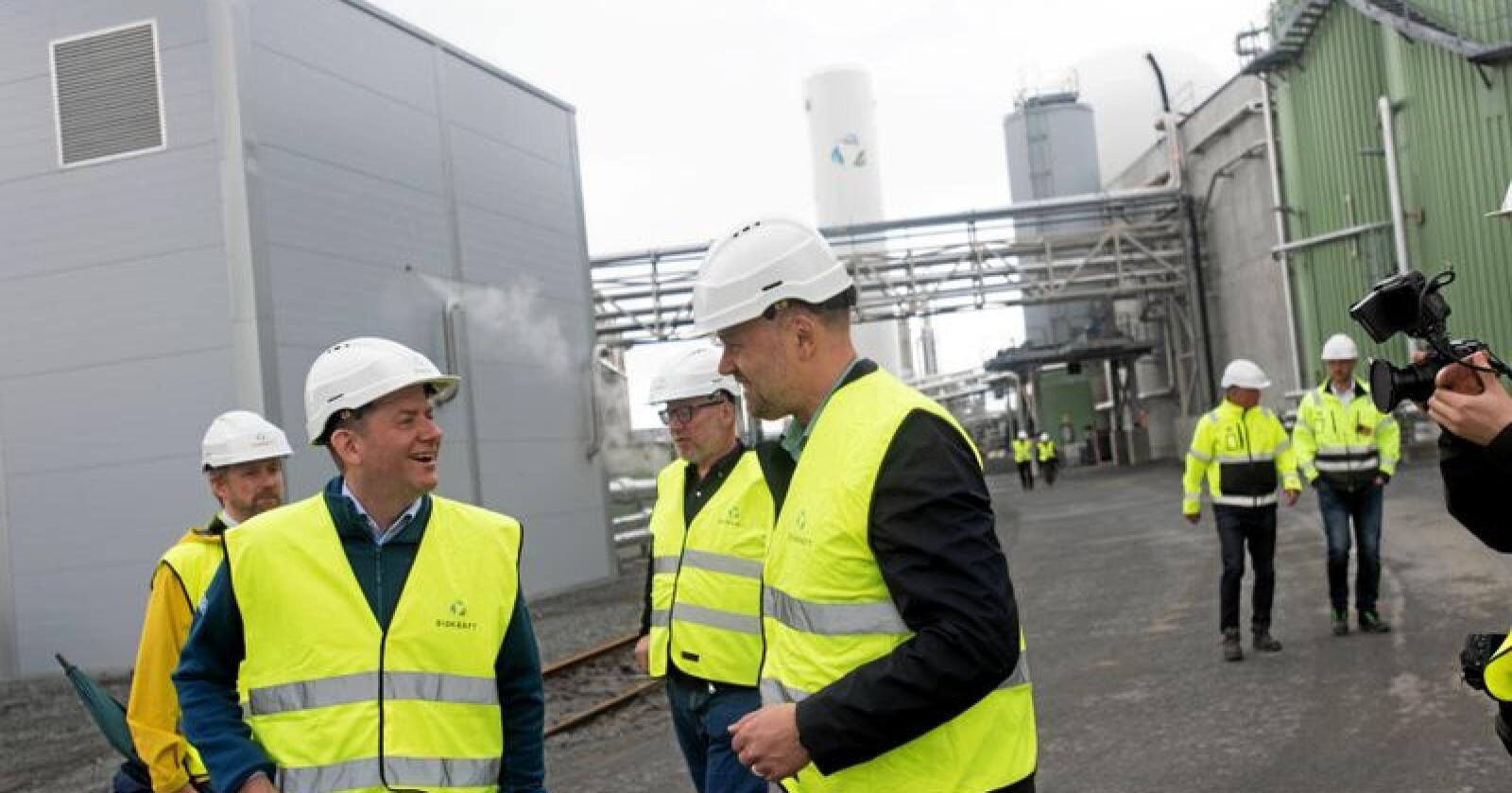 Håper flere følger etter: - Biogass er det grønneste drivstoffet innenfor shipping. Så dette var et enkelt valg for oss og en kjempefordel for miljøet. Vi håper flere andre følger etter, sier konsernsjef Daniel Skjeldam i Hurtigruten.  Torsdag fikk han omvisning på biogassfabrikken på Skogn sammen med konsernsjef i Biokraft, Håvard Wollan. Foto: Håvard Zeiner