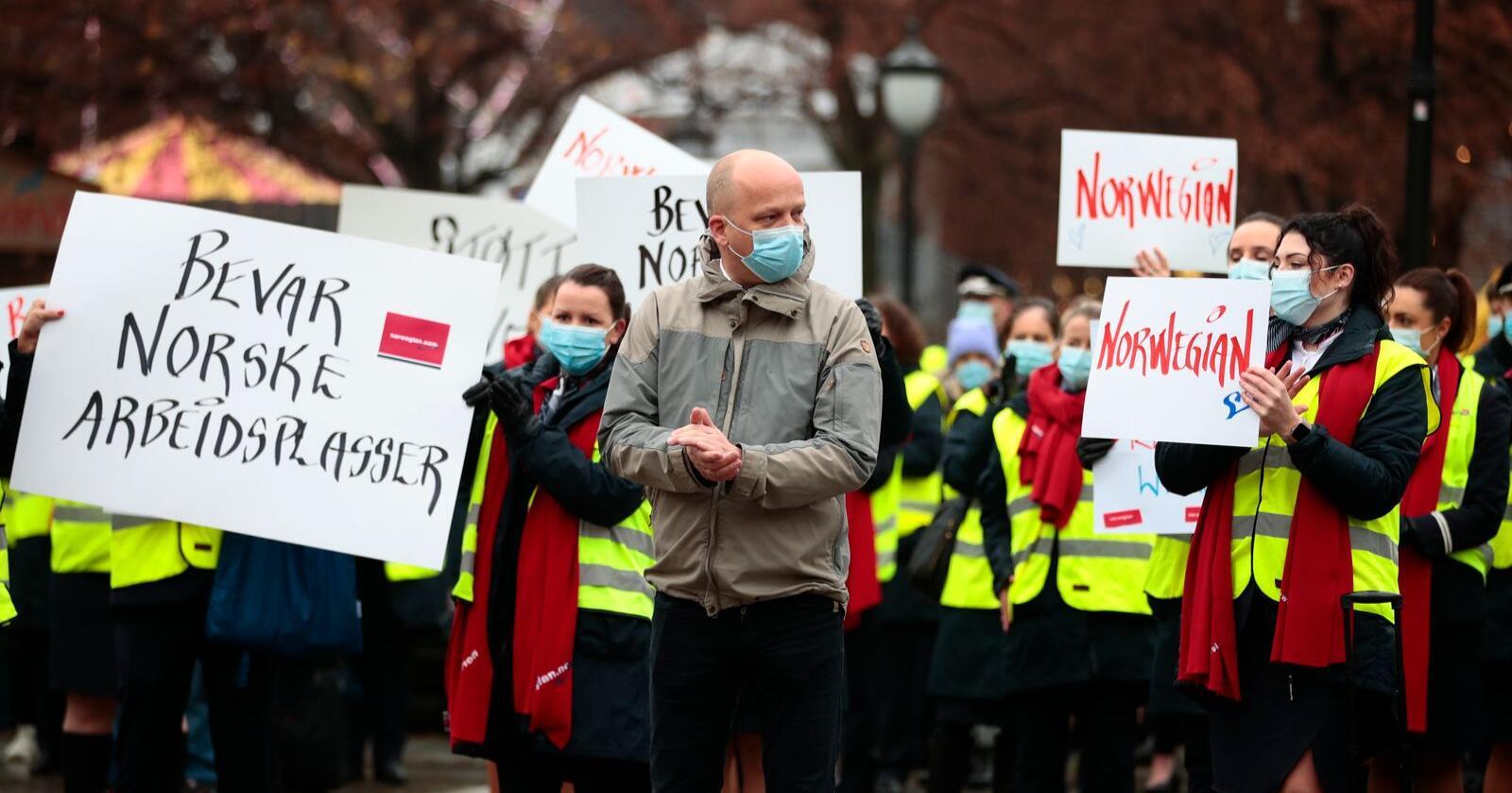 November: Sp-leder Trygve Slagsvold Vedum foran ansatte i Norwegian som demonstrerer foran Stortinget. Foto: Jil Yngland / NTB