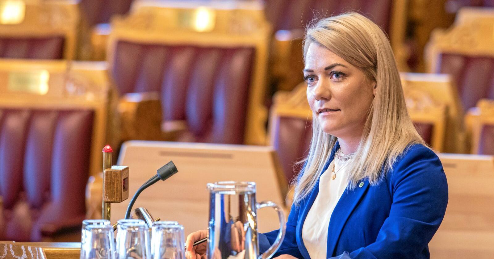 Sandra Borch (Sp) sier Frp er kneblet av Venstre i rovdyrpolitikken. Det bare to uker etter de fikk støtte fra Frp til å felle regjeringens rovdyrplan. Foto: Ole Berg-Rusten / NTB Scanpix