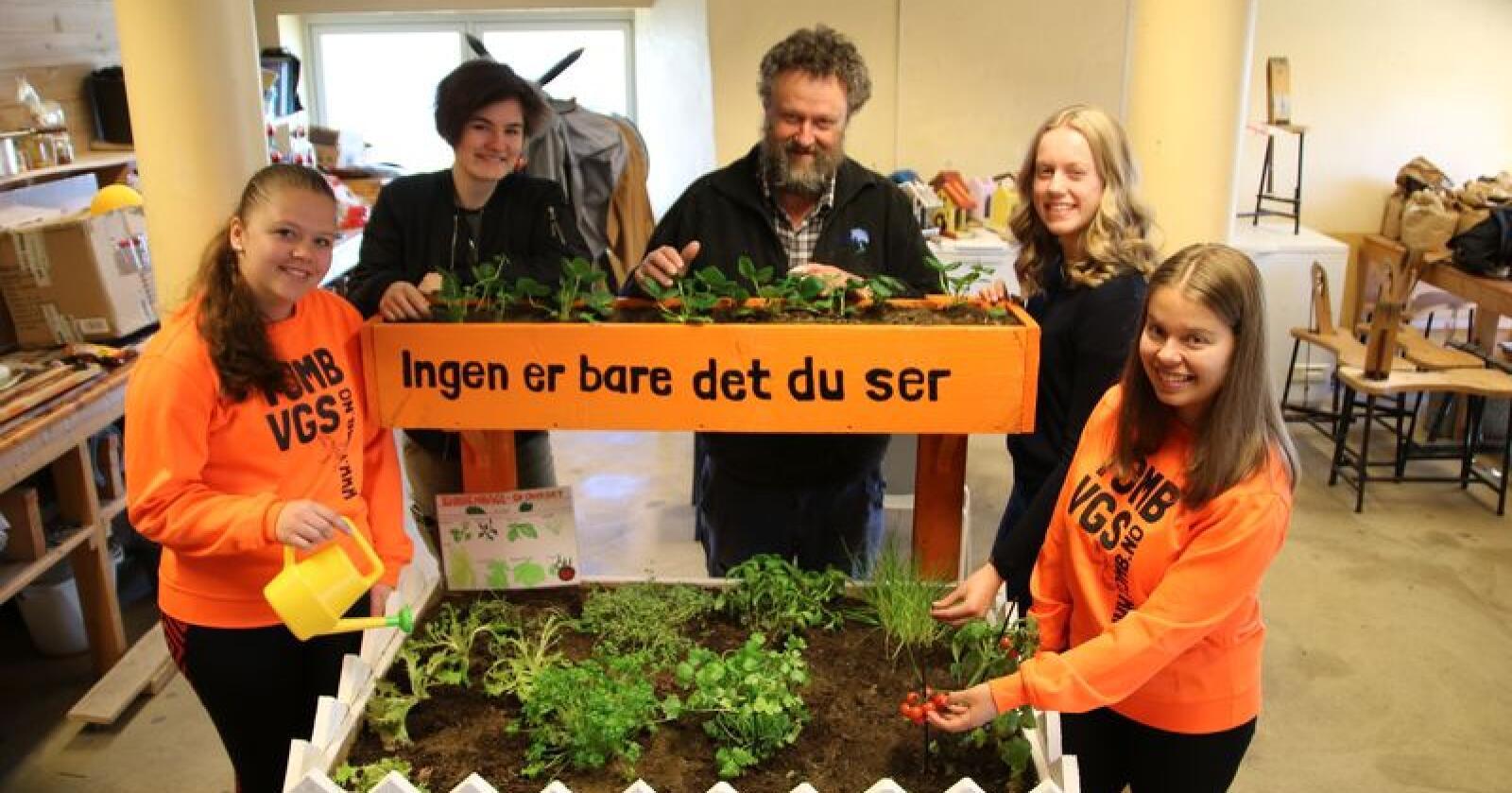 Kjøkkenhagen ble overlevert Café Britannia i mai. Stine Berger (f.v.), Rebekka J. Tømmerbakk, Jørgen Kvarme, Emma Ausen og Michelle Geire Sætersdal.